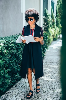 現代の女性が通りを歩いて