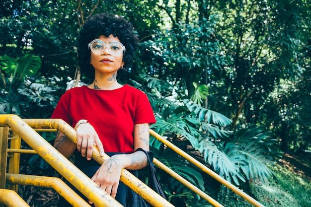公園で現代の女性