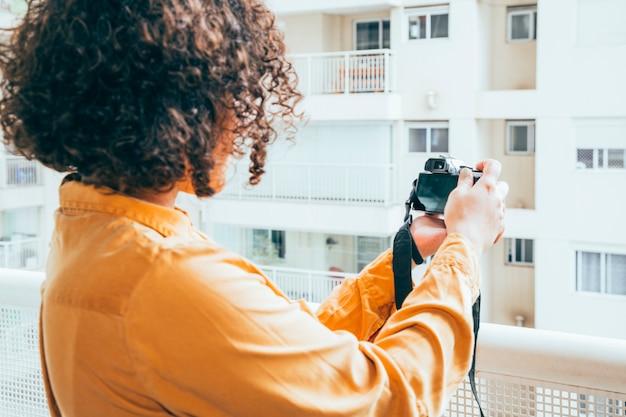 若い女性の写真を撮る