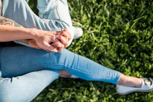 屋外で一緒に保持している女性の手