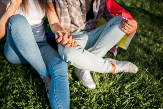 一緒に芝生の上に座っている女性