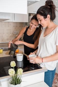 台所で料理をしているガールフレンド