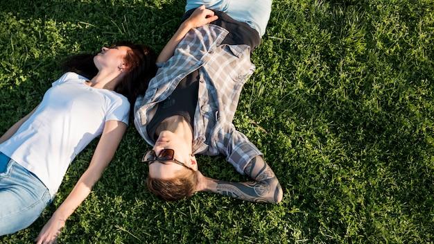空き地で休む若いカップル