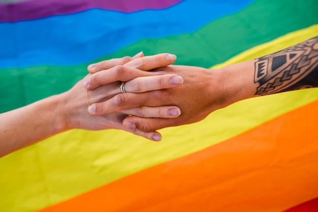手をつないで同性カップル