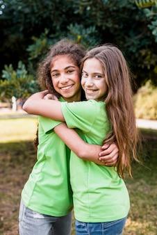 Портрет улыбающейся девушки, обнимающей друг друга