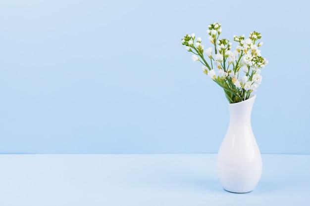 Декоративные цветы в вазе