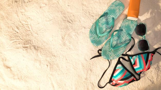 砂の背景にビーチ休暇の組成