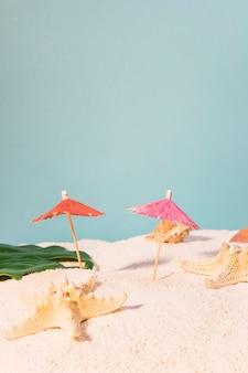 カクテルパラソルとビーチのヒトデ