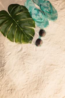 青いフリップフロップと熱帯の休暇の概念