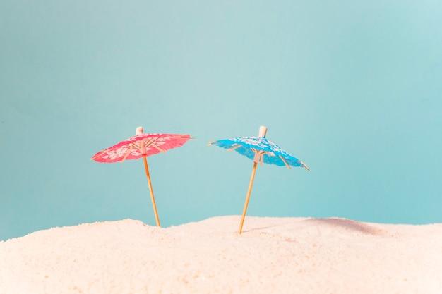 Пляж с разноцветными зонтиками