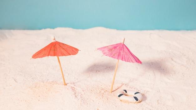 Пляж с красными зонтами от солнца