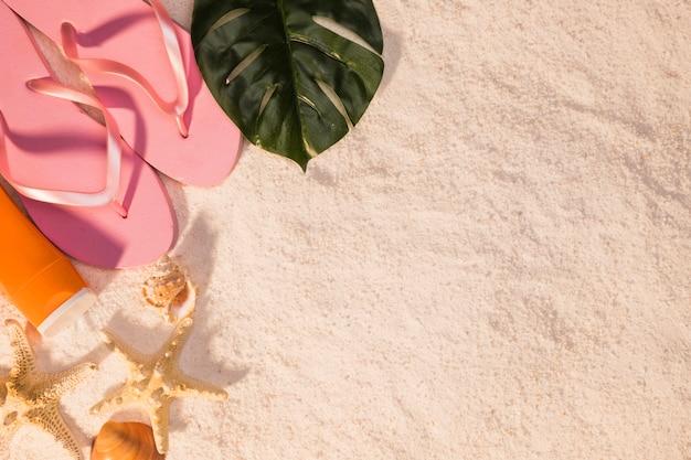 ピンクのフリップフロップとビーチのコンセプト