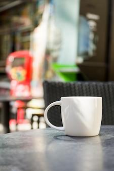 背景をぼかした写真のコーヒーカップ