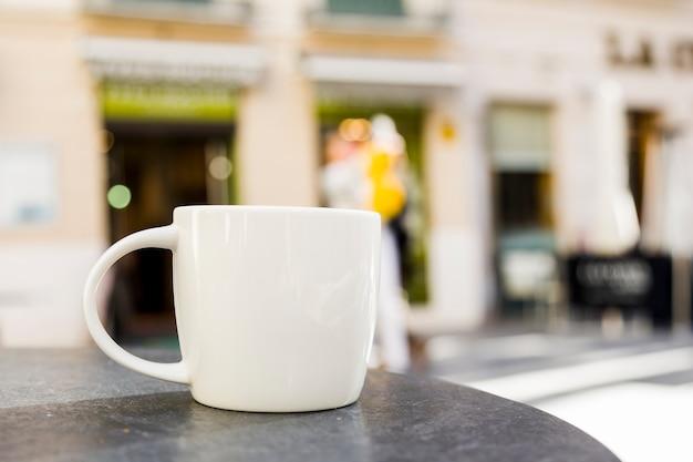Кофейная чашка с размытым фоном