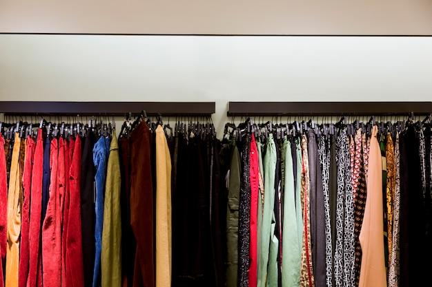 Одежда в магазине одежды