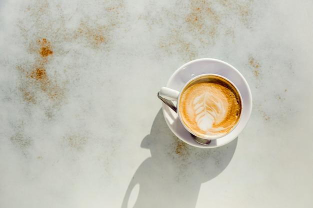 コーヒーカップの上から見る