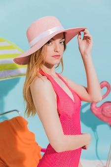ビーチで帽子の若い女