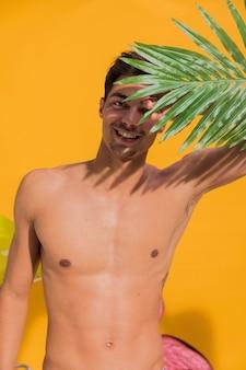 若い男がビーチで日光浴