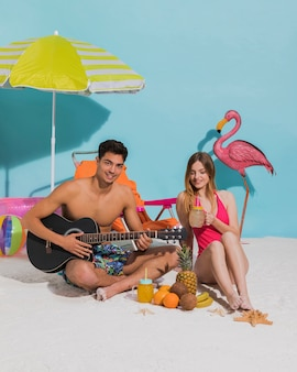 Счастливая молодая пара отдыхает на пляже