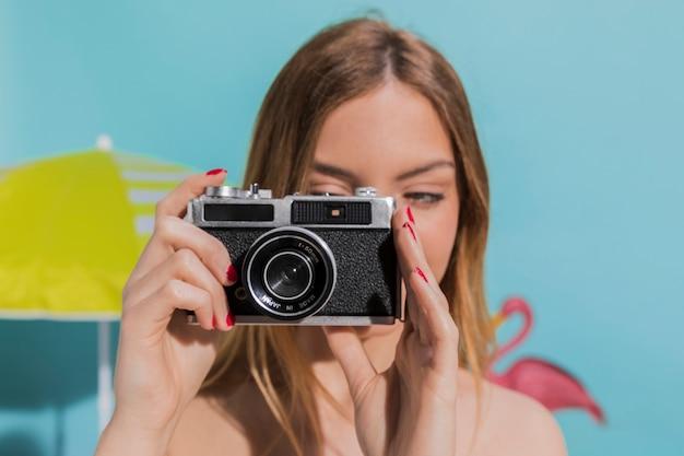 女性がカメラで写真を撮影