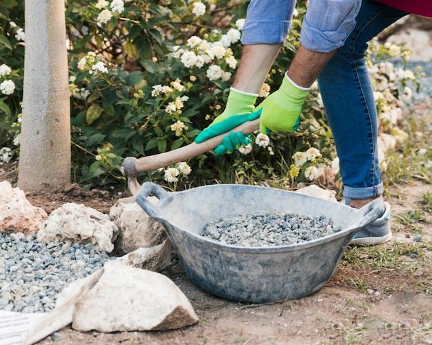 庭で働く男性庭師のクローズアップ