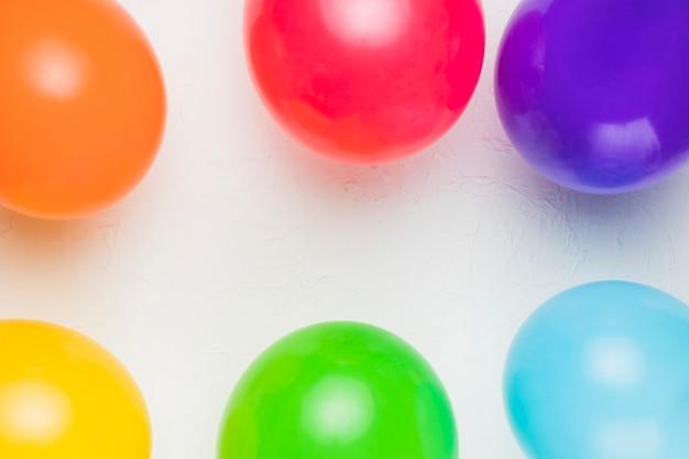 Яркие воздушные шары на белом фоне