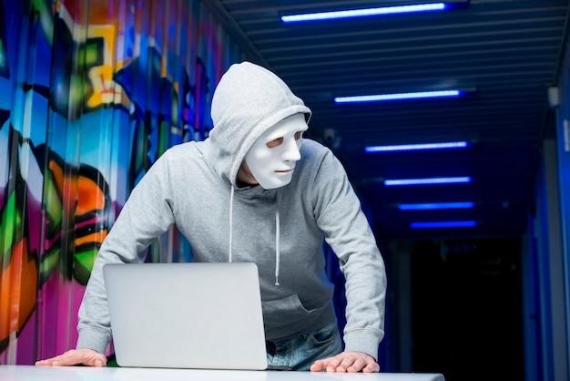 マスクを持つハッカーの肖像画