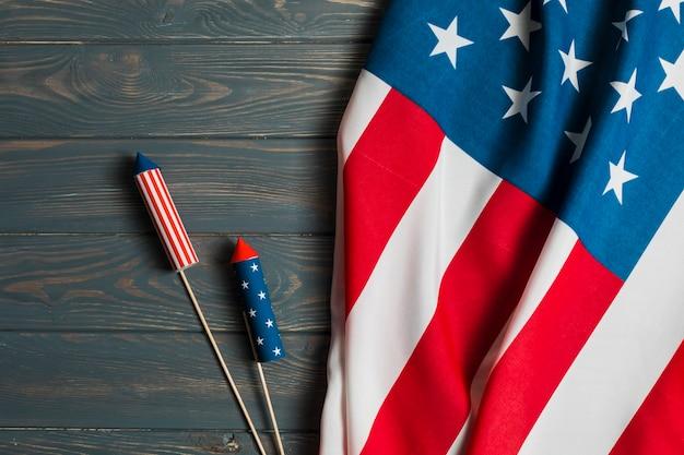 テーブルの上のクラッカーとアメリカの国旗