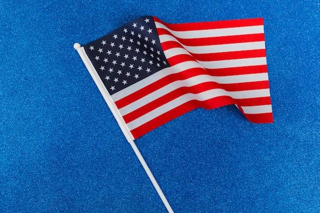 青い背景にアメリカ国旗