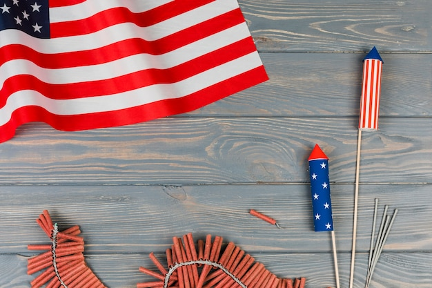 アメリカの国旗と木製の背景に休日の花火