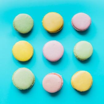 Красочный миндальное печенье на синем фоне