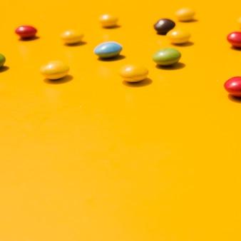 黄色の背景にテキストを書くためのコピースペースのお菓子