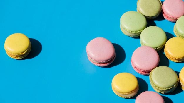 Желтый миндальное печенье на синем фоне