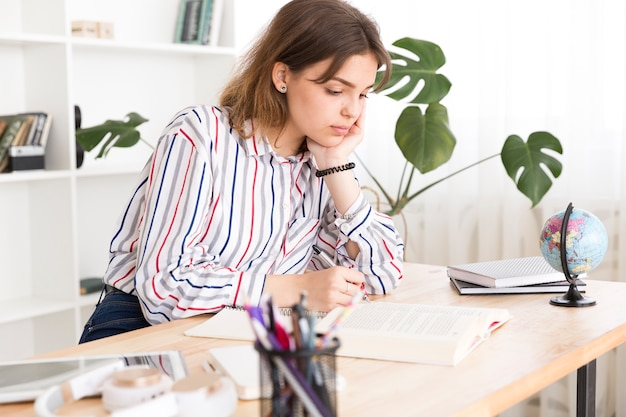 Студентка занята домашним заданием