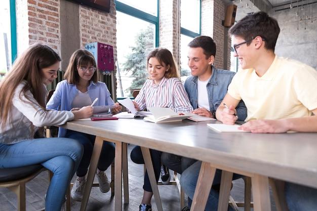 テーブルでの学生のグループ