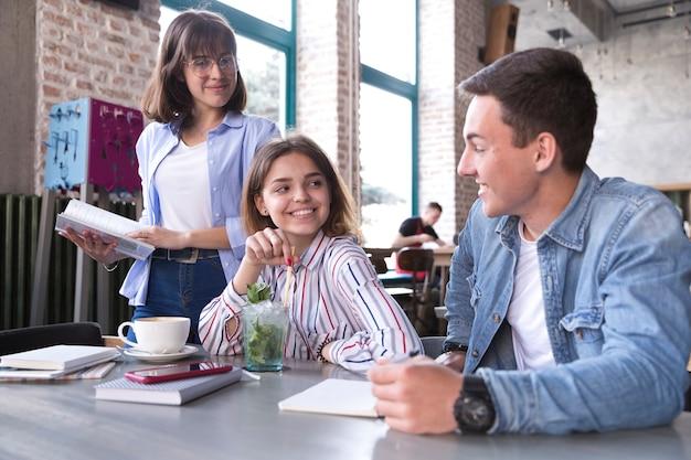 カフェで勉強している学生