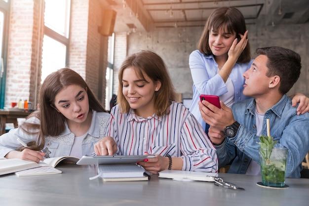 Студенты делают домашнее задание в кафе