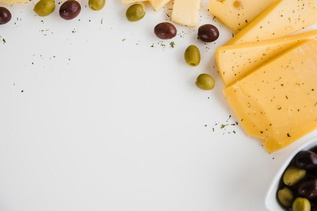 白い背景で隔離のチーズとオリーブの俯瞰