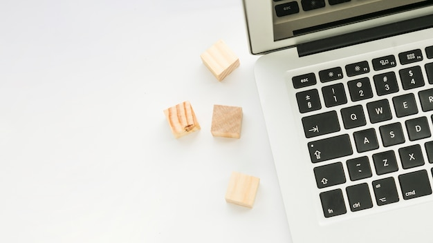ノートパソコンとオフィスのデスクトップ