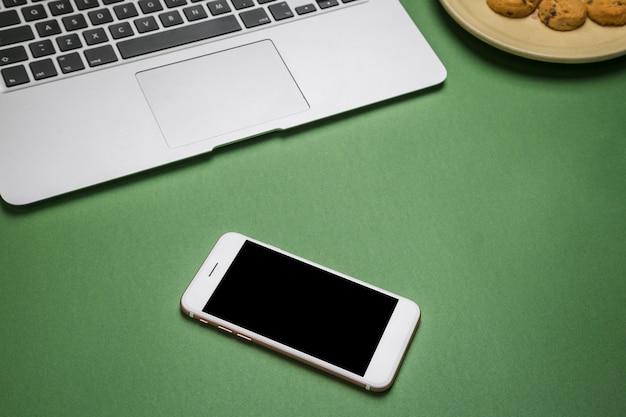 携帯電話を備えたオフィスのデスクトップ
