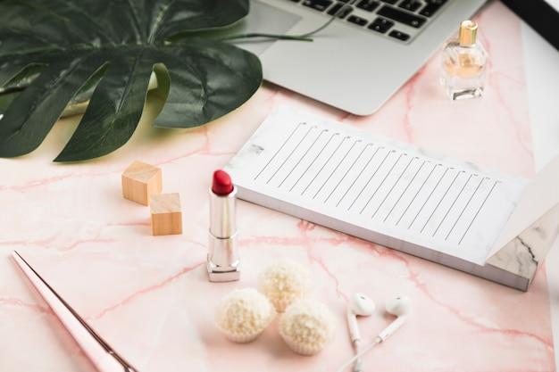 口紅とオフィスのデスクトップ