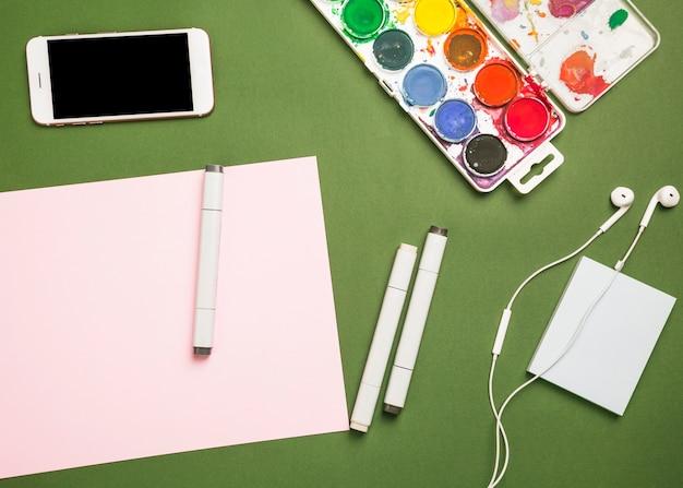 携帯電話と塗料でオフィスのデスクトップ