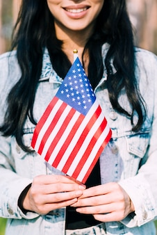 アメリカの国旗を保持している民族の女性