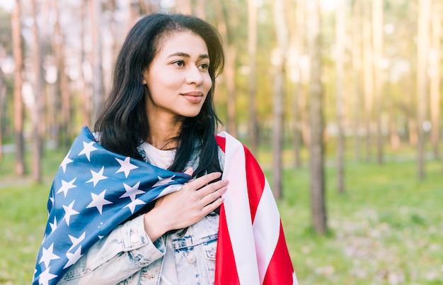 アメリカ国旗を持つ民族の女性