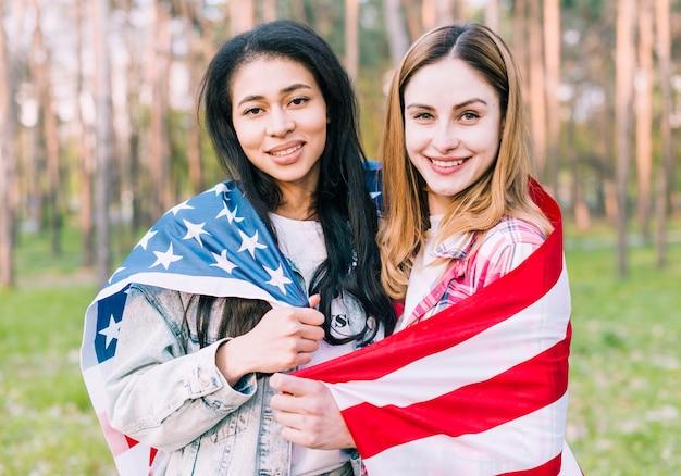 アメリカの国旗と多民族の友達