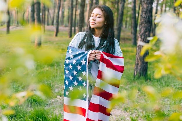 アメリカの国旗を持つ民族の女性