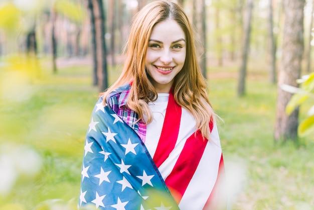 アメリカの国旗を持つ若い女