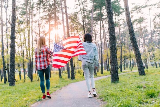 アメリカの国旗の公園で女子学生