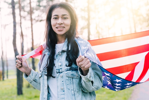 肩にアメリカの国旗を持つ民族の女性