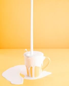 あまりにも多くの牛乳をマグカップに詰め込む